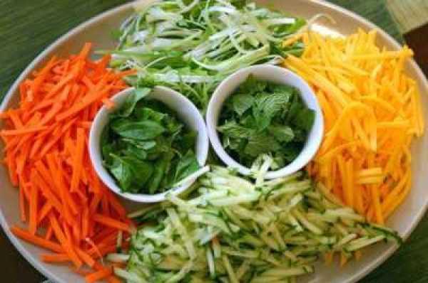 Салат с фунчозой и жареной свининой