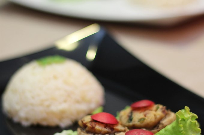 Punjeni šampinjoni iz pećnice posluženi s rižom.