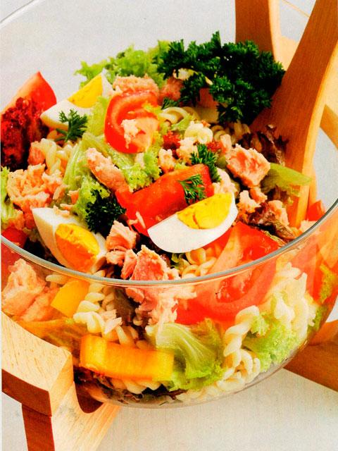 Овощной салат с пастой и тунцом.