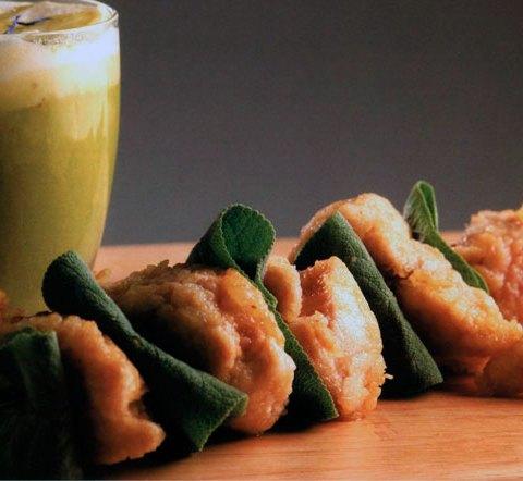 Хрустящий кебаб из «сладкого мяса» с соусом из зеленого горошка