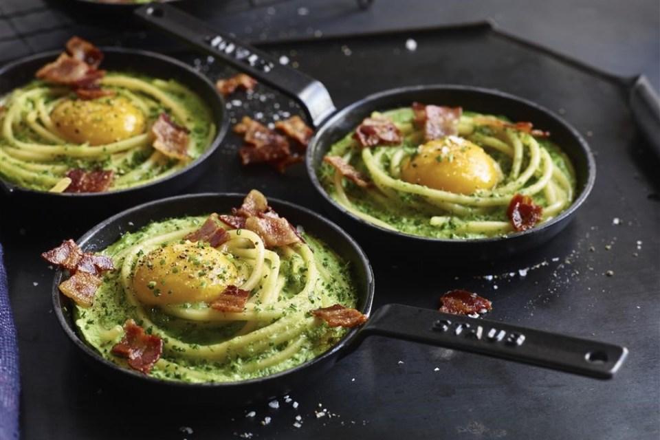 Яйца, запеченные с зеленью, спагетти и ветчиной