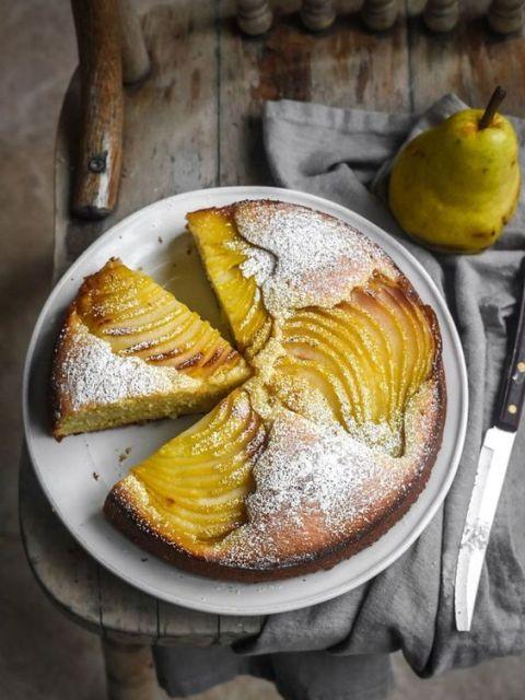 Грушевый пирог с абрикосовым джемом и миндальным кремом