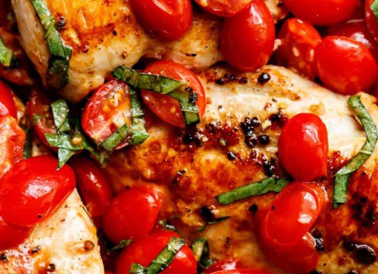 Pollo con albahaca y tomate
