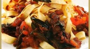 Fettuccini con tomates, albahaca, aceitunas y ajo