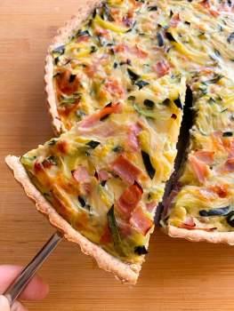 Tarta de zapallitos, cebolla y jamón cocido con masa integral