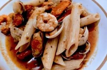 Macarrones con pescado en salsa de tomate