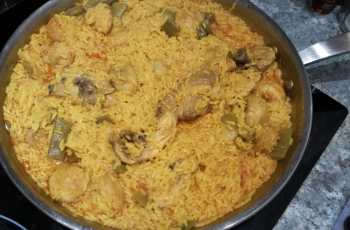 Paella de arroz con pollo