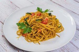 espaguetis con pate y verduras