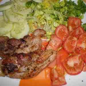Chuletas de pavo - ▷ Chuletas de pavo al ajillo acompañadas de ensalada 🦃 🥗