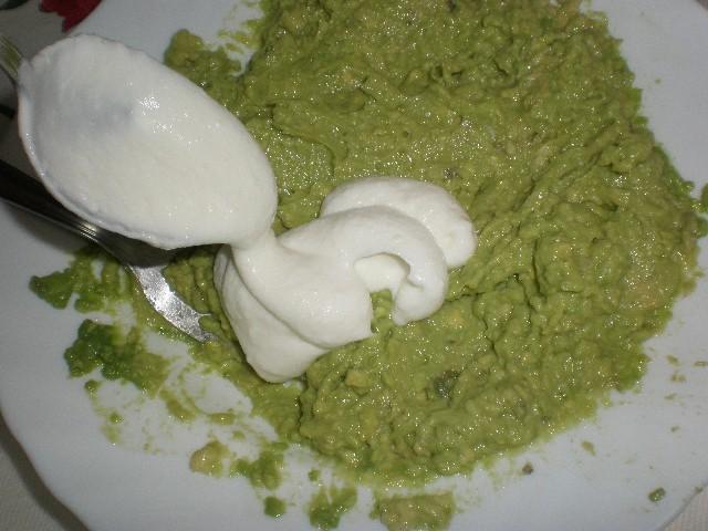 Elaborar la salsa de aguacate y queso batido