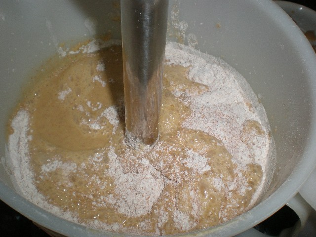 Preparar el bizcocho de naranja y mantequilla