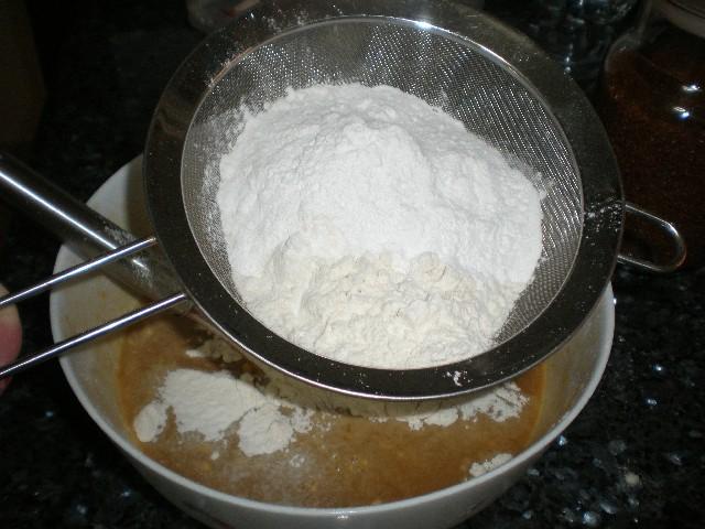 Echar harina y levadura