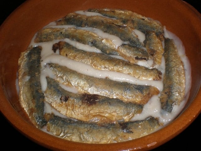 Sardinas en bechamel con cebolla