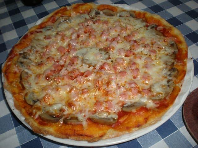 Pizza de champiñones y jamón