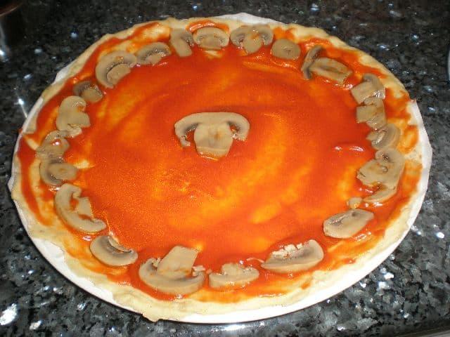 Poner champiñones a la pizza