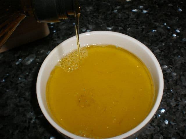 Echar aceite al zumo de limón