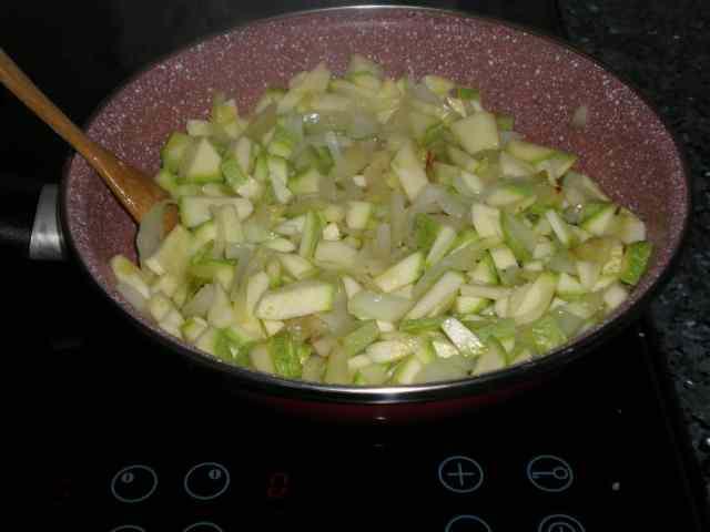 Sofreír el calabacín y la cebolla