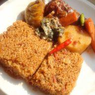 Le Thieboudienne Sénégalais est aussi connu sous Riz au gras en Cote d'Ivoire, en Guinée et autre pays d'Afrique de l'ouest.