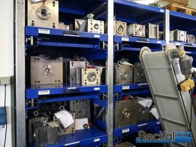 Chaque moule est stocké avec un exemplaire de la pièce qu'il permet de fabriquer pour éviter les erreurs.