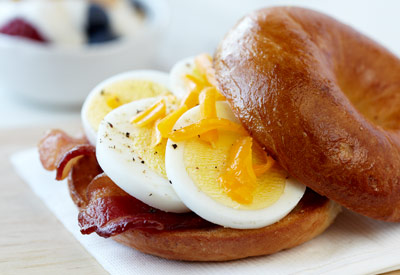 microwave egg bacon and cheddar bagel