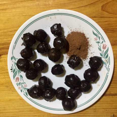 Roll coconut balls in cocoa powder.