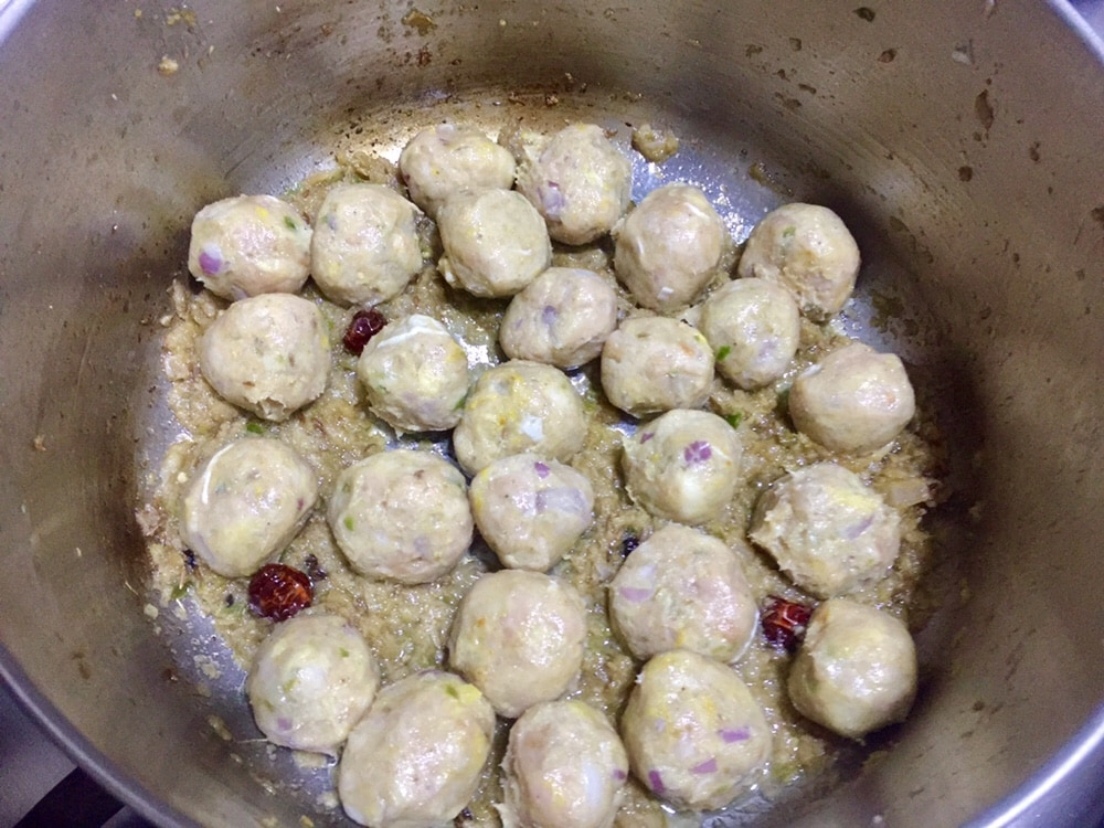 add kofta in pakistani kofta curry