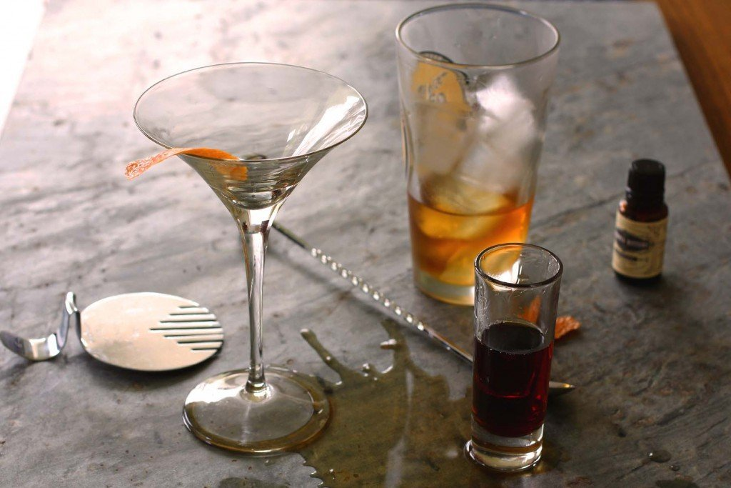 making a classic manhattan cocktail