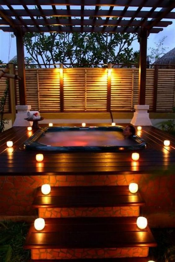 Backyard Hot Tub: Sophisticated Modern Deck