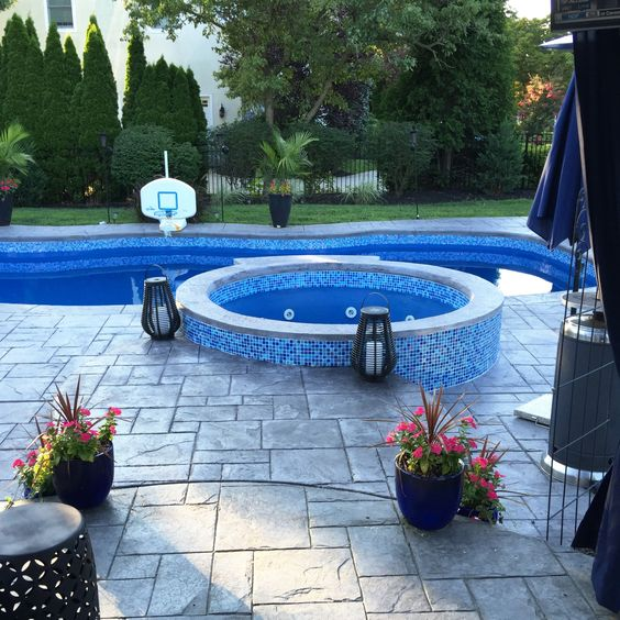 Swimming Pool with Hot Tub 7