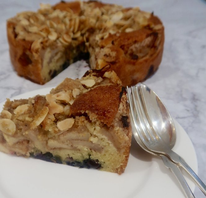apple blueberry cake with crumble and almonds