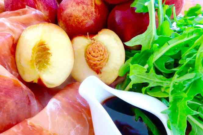white peach and prosciutto salad ingredients