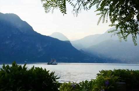 Coucher de soleil sur les montagnes du lac de Côme, Italie