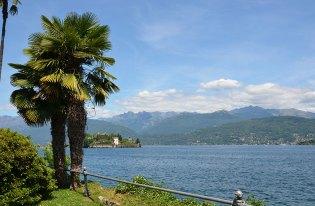 Magnifique vue sur le lac Majeur au pied des montagnes d'Italie