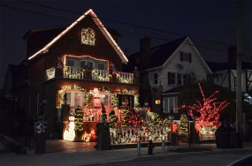 Maison illuminée de décorations de Noël à Dyker Heights, quartier de New York