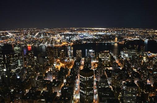 Vue sur les buildings de Manhattan de nuit depuis l'Empire State Building, New York