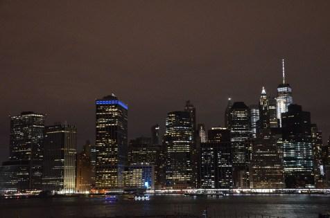 Impressionnante vue sur les building de la skyline de New York de nuit depuis Brooklyn.