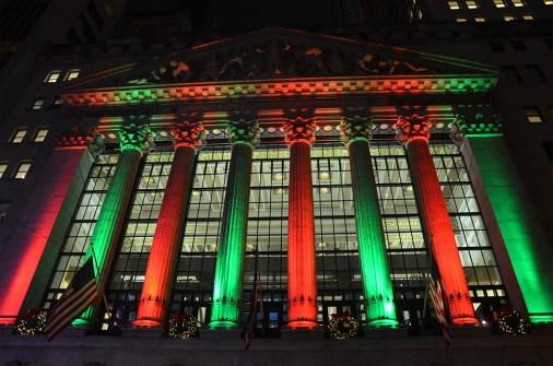 Façade des colonnes de la bourse de Wall Street de nuit, New York