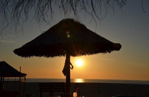 Coucher de soleil sur la plage de Nazaré, Portugal