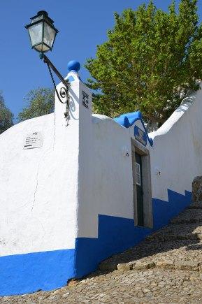 Ruelle bleue et blanche du village d'Obidos, Portugal