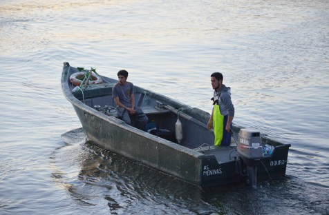 Pêcheurs dans une barque à Porto