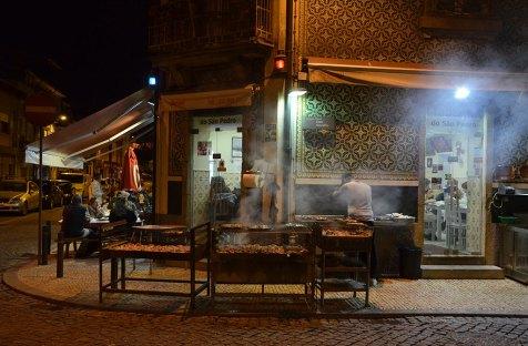 Façade d'un restaurant de grillades de poisson à Porto