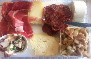 Planche de charcuterie et de fromage au restaurant Trancoso, Portugal