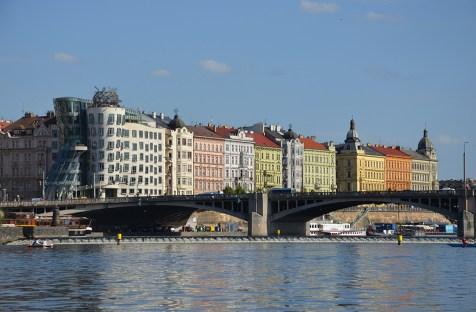 Vue sur les façades colorées de Prague depuis une pédalo sur la Vltava