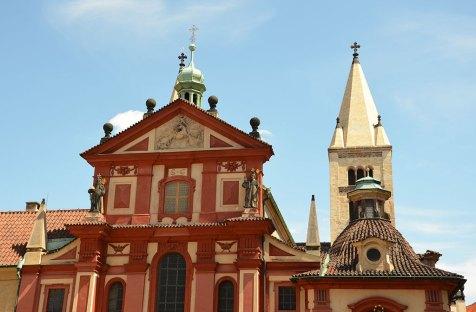 Façade rouge d'un bâtiment du château de Prague