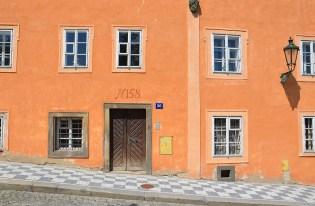 Façade orange au détour d'une rue de Prague