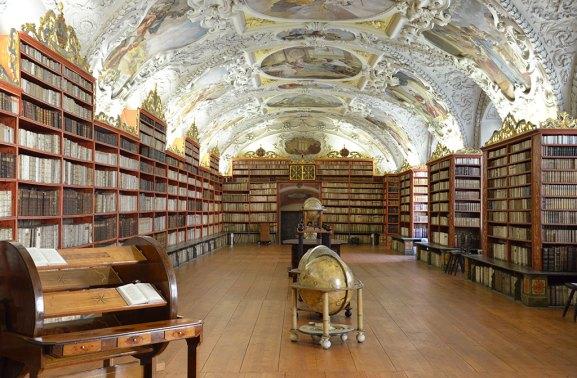 Intérieur d'une bibliothèque historique de Prague