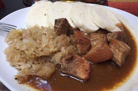 Repas typique de Prague : porc rôti accompagné de choucroute et des knedlíky