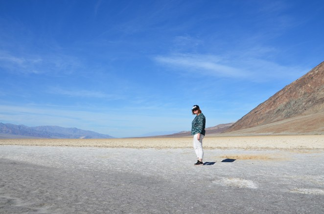 Marie-Catherine sur le désert de sel de Death Valley, US