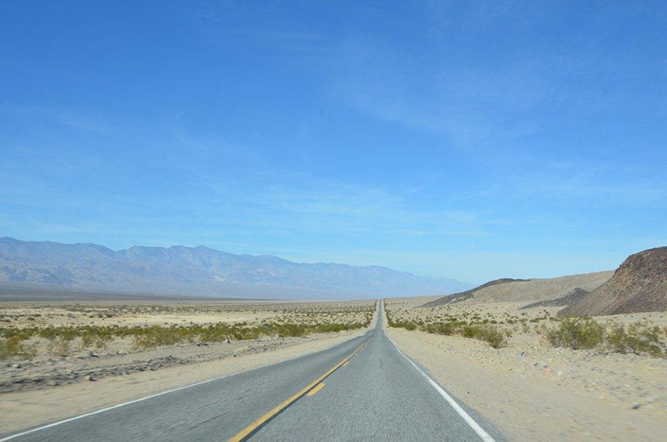 Sur la route interminable Death Valley, US