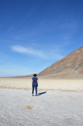 Charlotte contemple le désert de sel de Death Valley, US